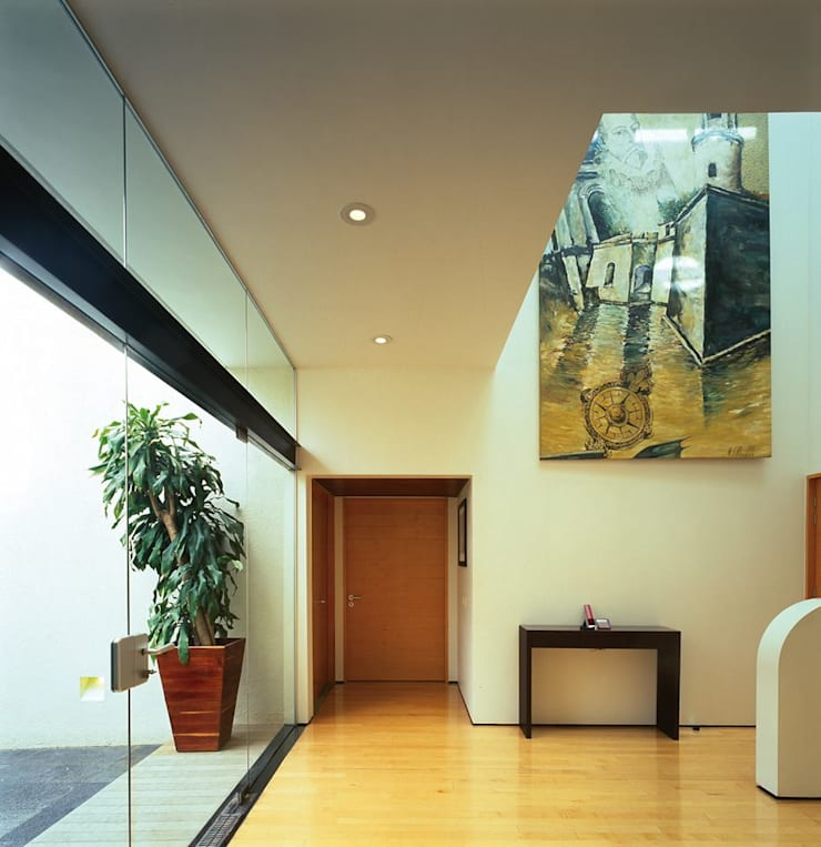 Casa Feryvale, 2006: Pasillos y recibidores de estilo  por Taller Luis Esquinca