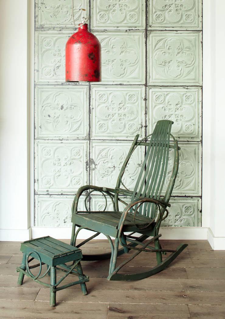 BROOKLYN TINS WALLPAPER TIN-05: Paredes y suelos de estilo  de ROOMSERVICE DESIGN GALLERY