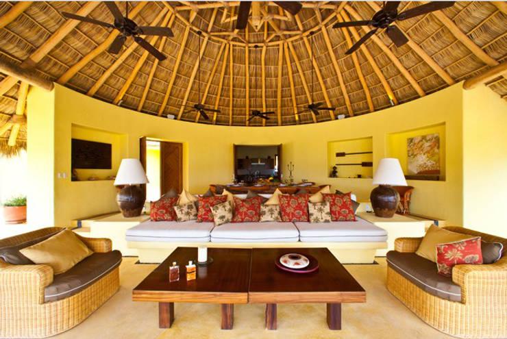 Casa Caracol: Salas de estilo topical por BR  ARQUITECTOS