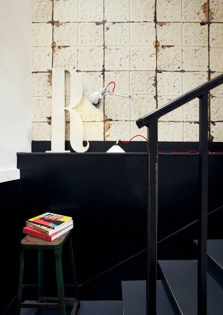 BROOKLYN TINS WALLPAPER TIN-02: Paredes y suelos de estilo  de ROOMSERVICE DESIGN GALLERY