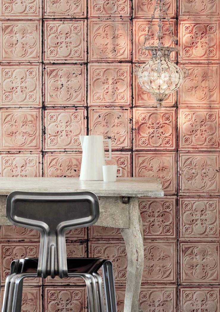 BROOKLYN TINS WALLPAPER TIN-06: Paredes y suelos de estilo  de ROOMSERVICE DESIGN GALLERY