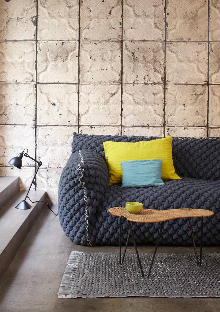 BROOKLYN TINS WALLPAPER TIN-03: Paredes y suelos de estilo  de ROOMSERVICE DESIGN GALLERY
