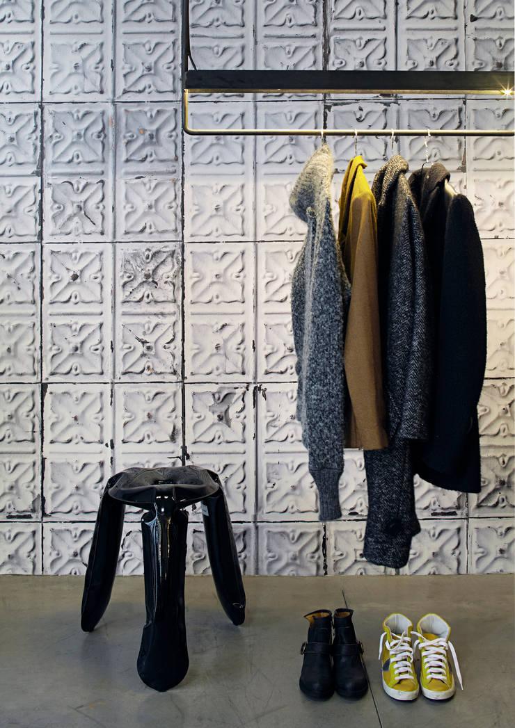 BROOKLYN TINS WALLPAPER TIN-04: Paredes y suelos de estilo  de ROOMSERVICE DESIGN GALLERY