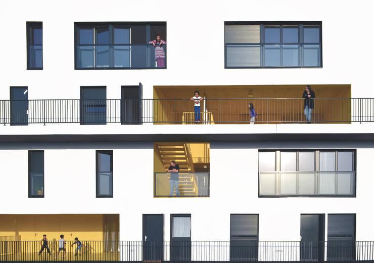 02_L'IMMEUBLE HABITE, VUE FRONTALE:  de style  par sophie delhay architectes