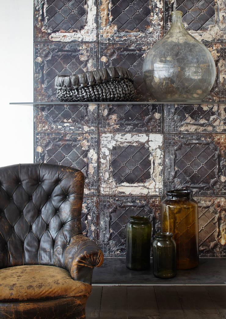 BROOKLYN TINS WALLPAPER TIN-07: Paredes y suelos de estilo  de ROOMSERVICE DESIGN GALLERY