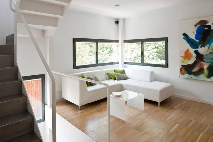salón : Salones de estilo  de hollegha arquitectos