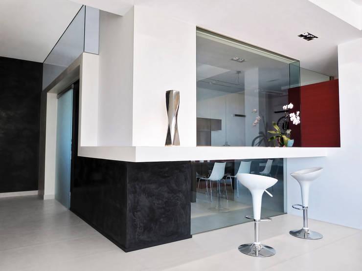 La parete vetrata della cucina: Cucina in stile  di Studio 4e, Minimalista