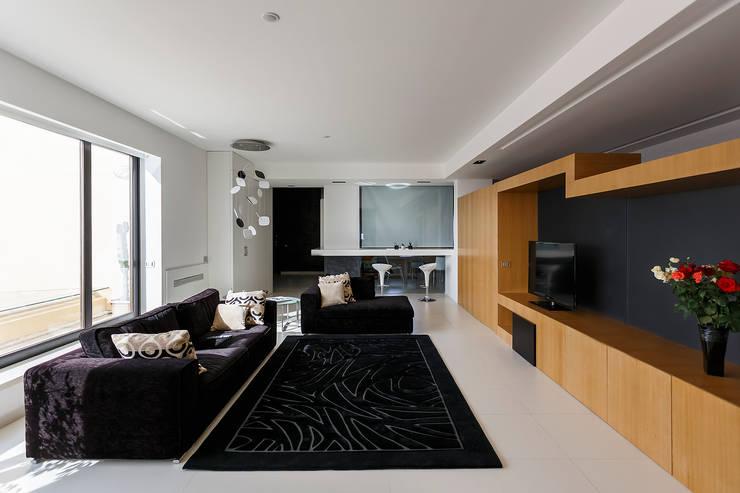 Il soggiorno:  in stile  di Studio 4e, Moderno