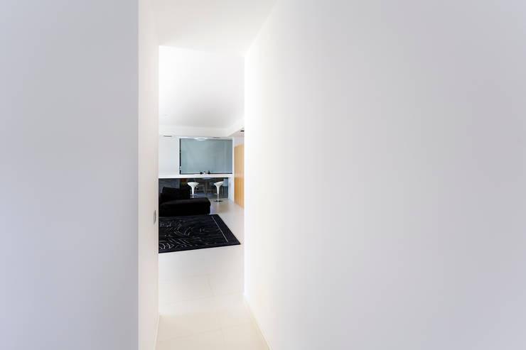 Scorcio del soggiorno dallo studio: Ingresso & Corridoio in stile  di Studio 4e, Minimalista