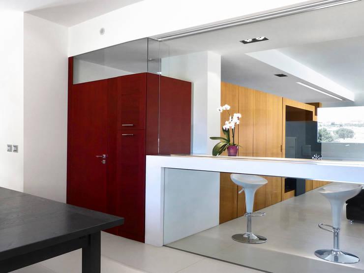 Vista del salone dalla cucina: Ingresso & Corridoio in stile  di Studio 4e, Minimalista