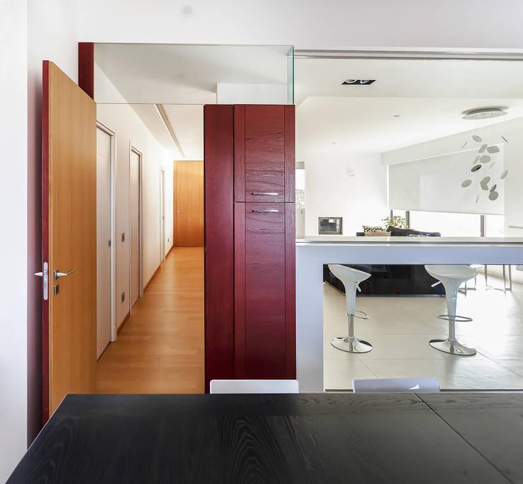 L'ingresso della zona notte: Ingresso & Corridoio in stile  di Studio 4e, Moderno