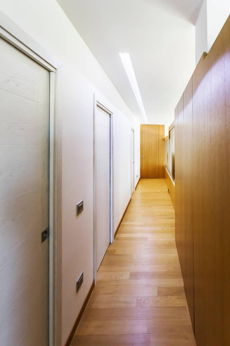 Il corridoio che dà accesso alla zona notte:  in stile  di Studio 4e, Moderno