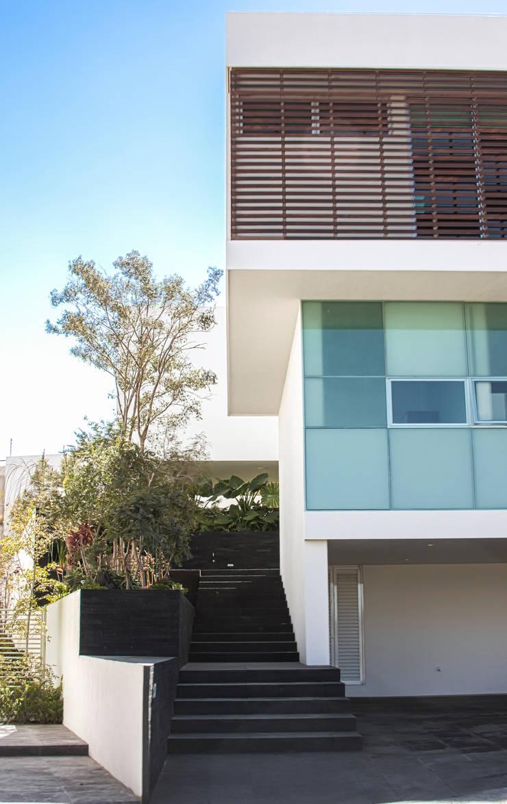 Detalle de fachada principal: Casas de estilo  por TaAG Arquitectura