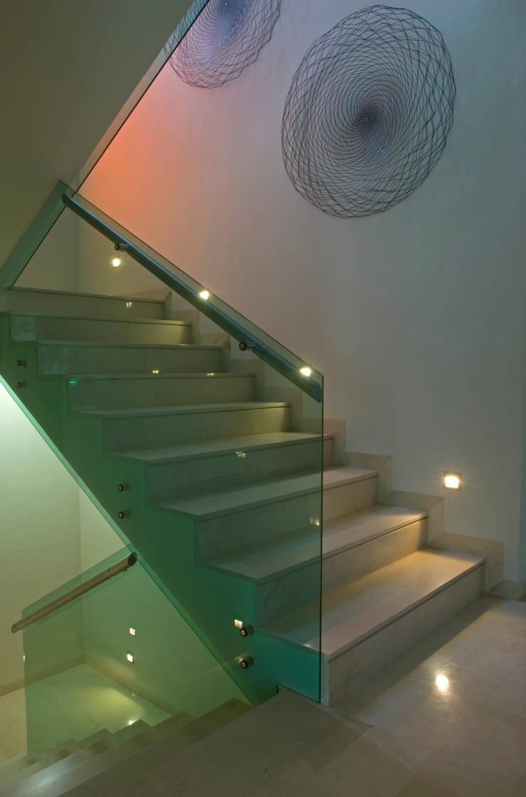Detalle de Escalera.: Pasillos y recibidores de estilo  por TaAG Arquitectura