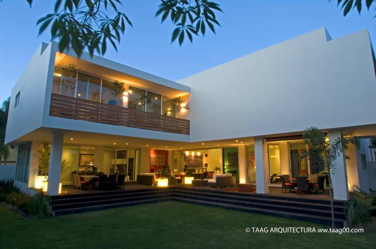 Vista del jardín interior: Casas de estilo  por TaAG Arquitectura
