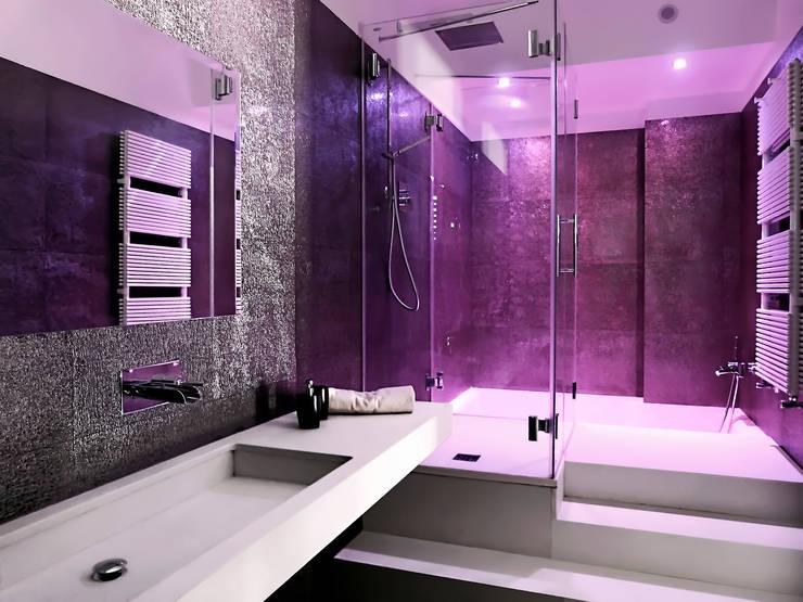 Il bagno in camera:  in stile  di Studio 4e, Moderno