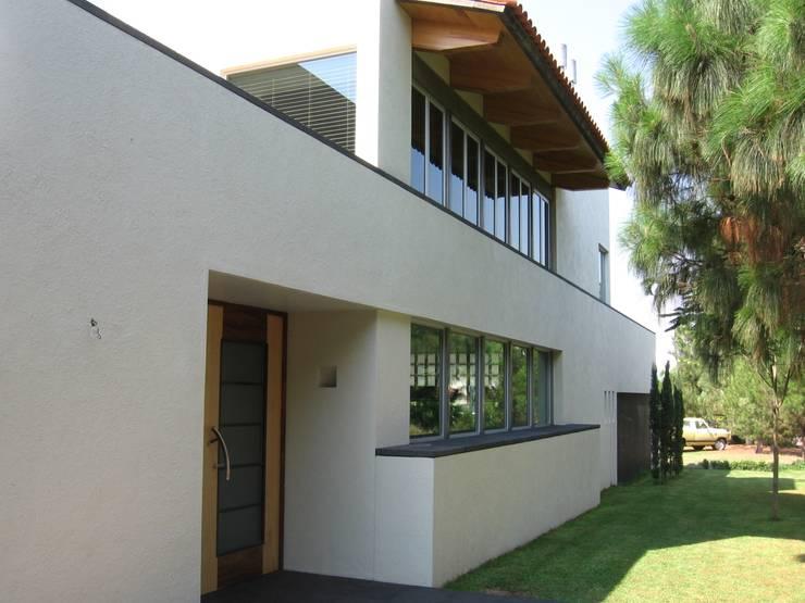 Casa en Villa Coral, 2003: Casas de estilo  por Taller Luis Esquinca