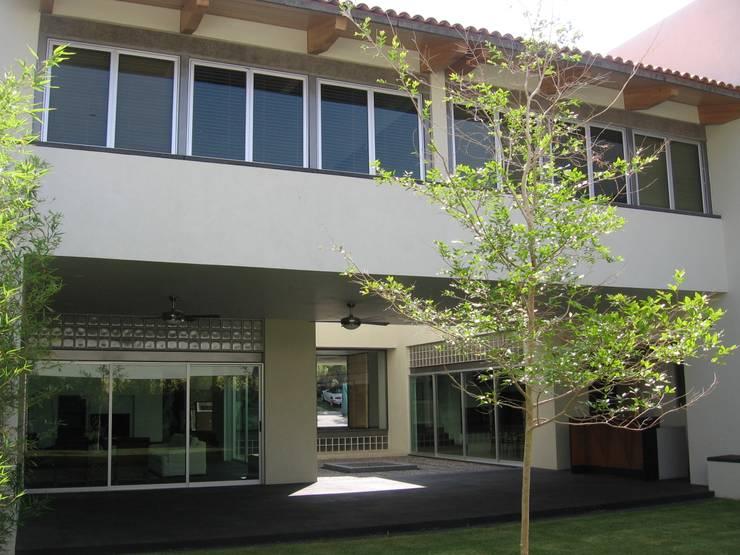 Casa en Villa Coral, 2003: Terrazas de estilo  por Taller Luis Esquinca