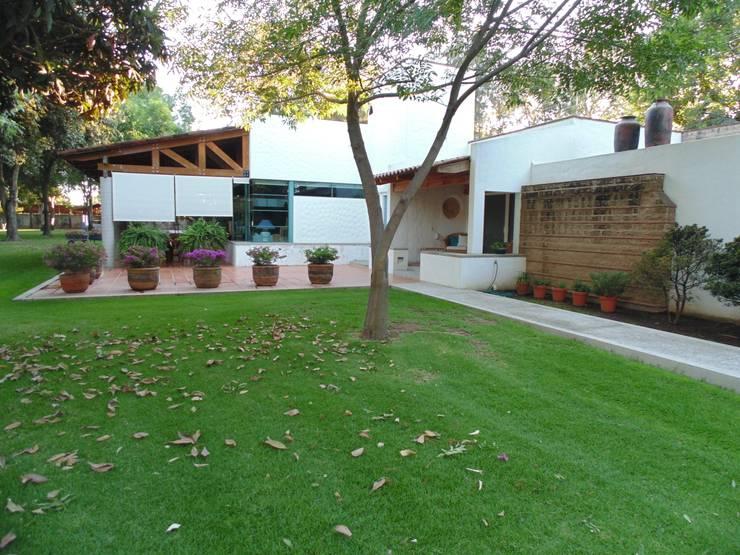 Casas de estilo rural por Taller Luis Esquinca