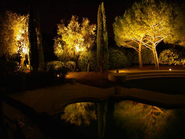 Jardins clássicos por Cannata&Partners Lighting Design