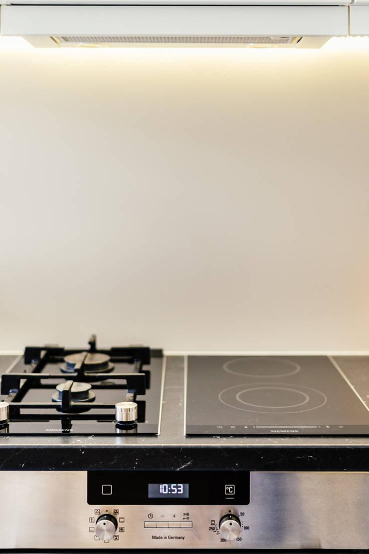 Kleine Küche mit Gas- und Glas-Keramik-Kochfeld:  Küche von raumdeuter GbR,Modern
