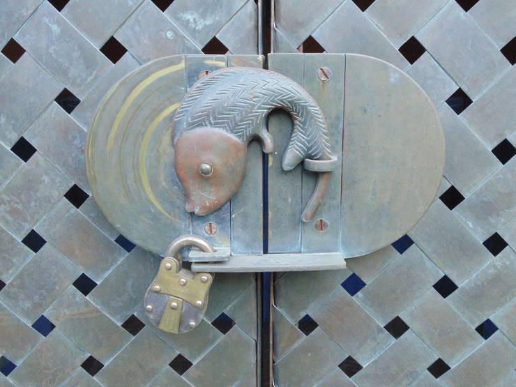 Ventanas y puertas de estilo  por Taller Luis Esquinca