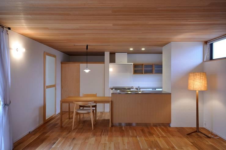 ダイニングキッチン: ツジデザイン一級建築士事務所が手掛けたダイニングです。