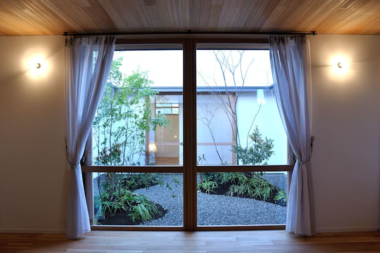 中庭を望む: ツジデザイン一級建築士事務所が手掛けた窓です。