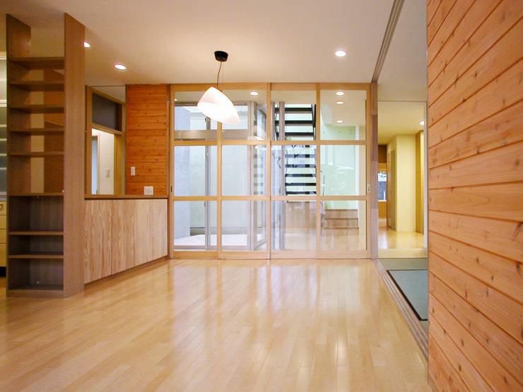 花壇の家 モダンデザインの リビング の ユミラ建築設計室 モダン
