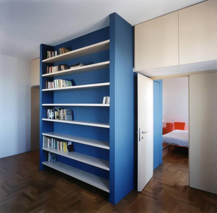 Abitazione per una giovane professionista: Case in stile  di auge architetti,