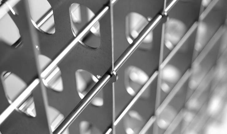 Portabottiglie in acciaio Esigo 2 Net - dettaglio: Cantina in stile  di Esigo SRL,