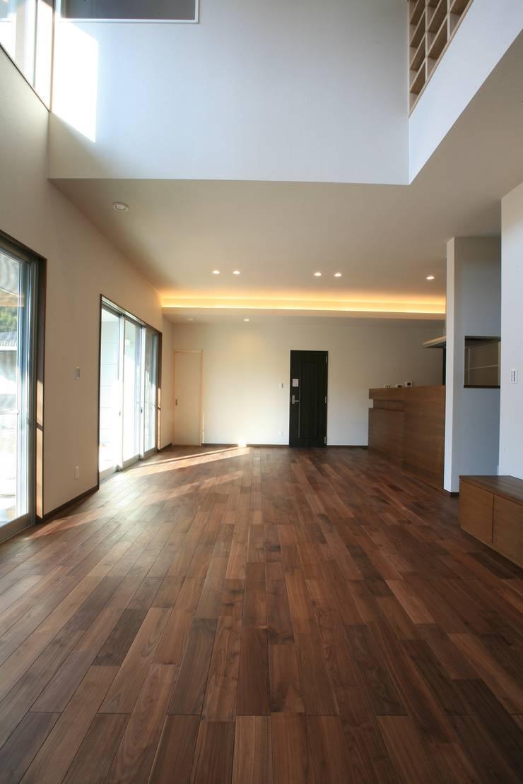 江田島-三高の家: CAF垂井俊郎建築設計事務所が手掛けた壁です。