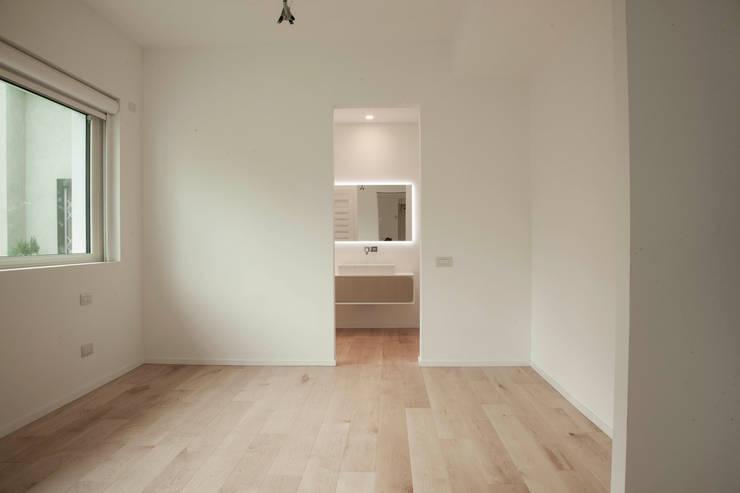 Villa Biancocubo: Camera da letto in stile  di Marg Studio, Minimalista