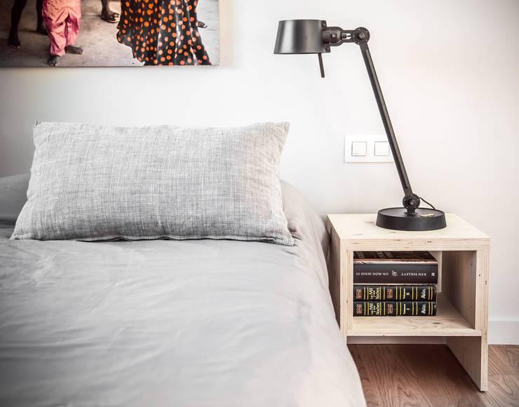 TONONE - BOLT DESK SINGLE ARM:  de estilo  de ROOMSERVICE DESIGN GALLERY