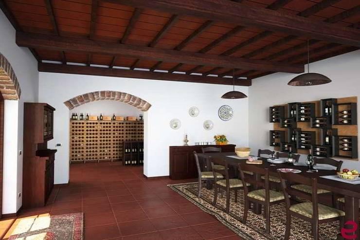 Portabottiglie in legno di rovere massello Esigo 2 Classic: Sala da pranzo in stile  di Esigo SRL, Classico Legno massello Variopinto