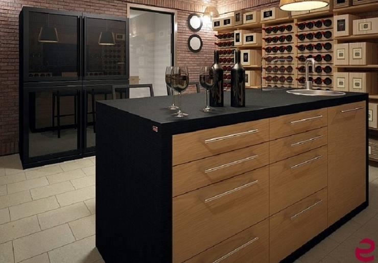 Portabottiglie dal design classico Esigo 2 Classic: Cantina in stile  di Esigo SRL, Classico Legno massello Variopinto
