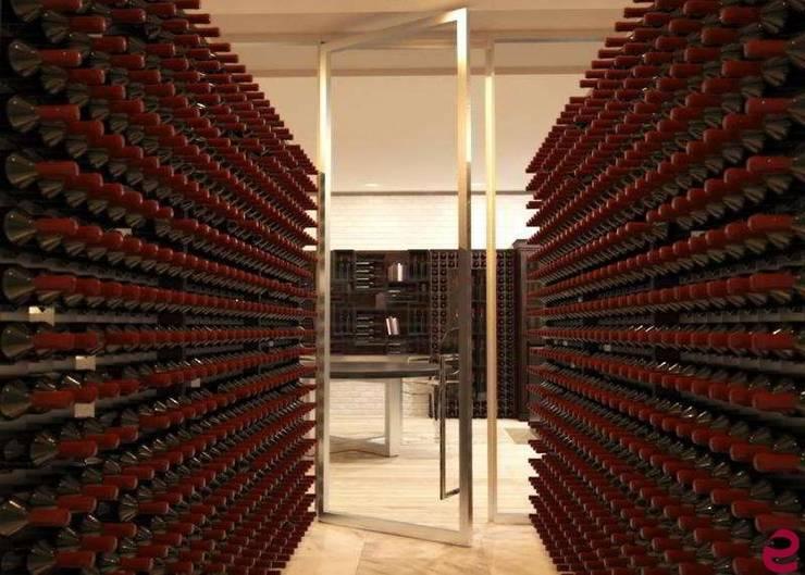 Mobile per il vino: Cantina in stile  di Esigo SRL