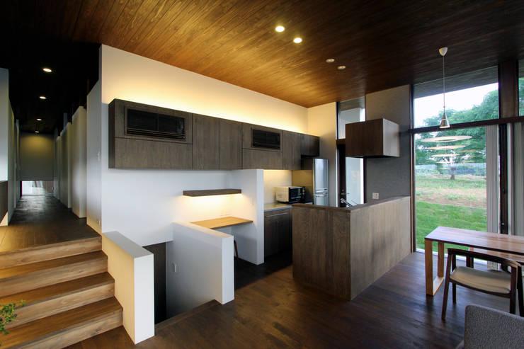 丘の上の二世帯住宅: 時空遊園 JIKOOYOOEN ARCHITCTSが手掛けたキッチンです。