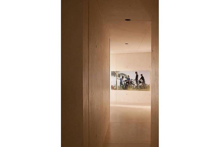 Pasillos y vestíbulos de estilo  por AABE, Moderno