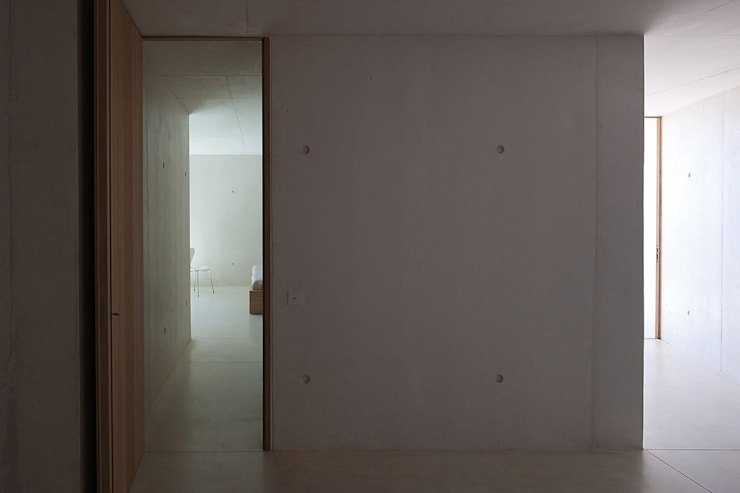 ALON: Couloir et hall d'entrée de style  par AABE