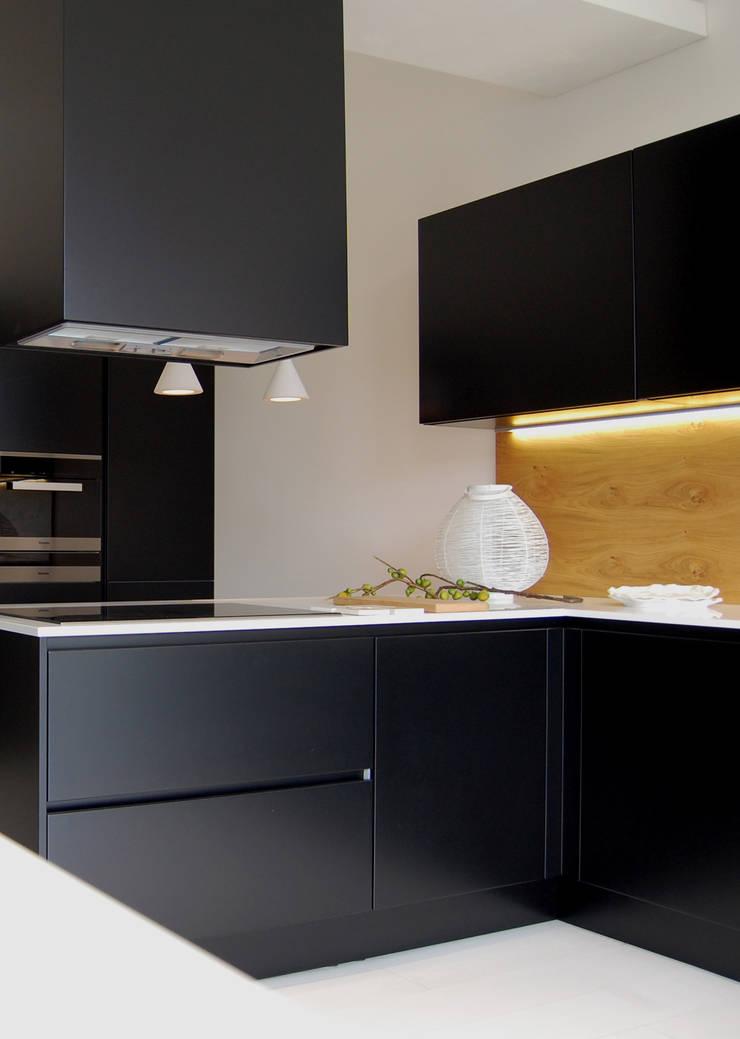 Cucina nera 2.0: Cucina in stile  di Studio Versuro, Moderno