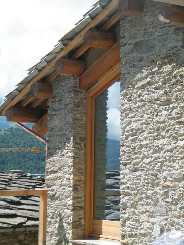 Apertura su cortile privato: Terrazza in stile  di AAT Studio, Minimalista