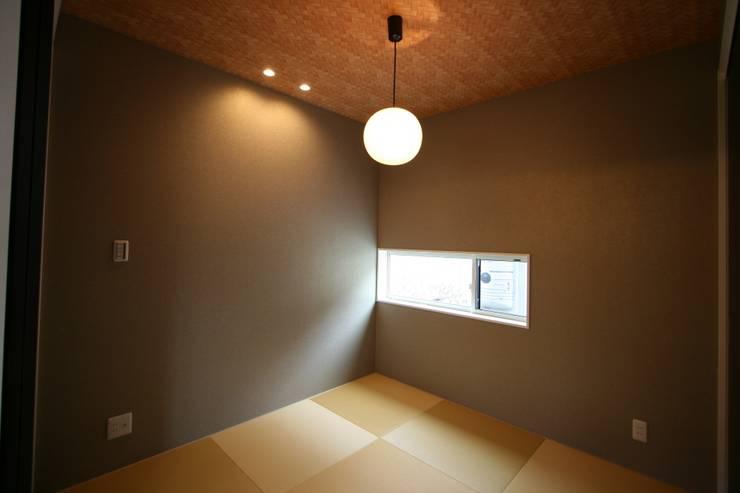 上温品の家: CAF垂井俊郎建築設計事務所が手掛けた寝室です。,オリジナル