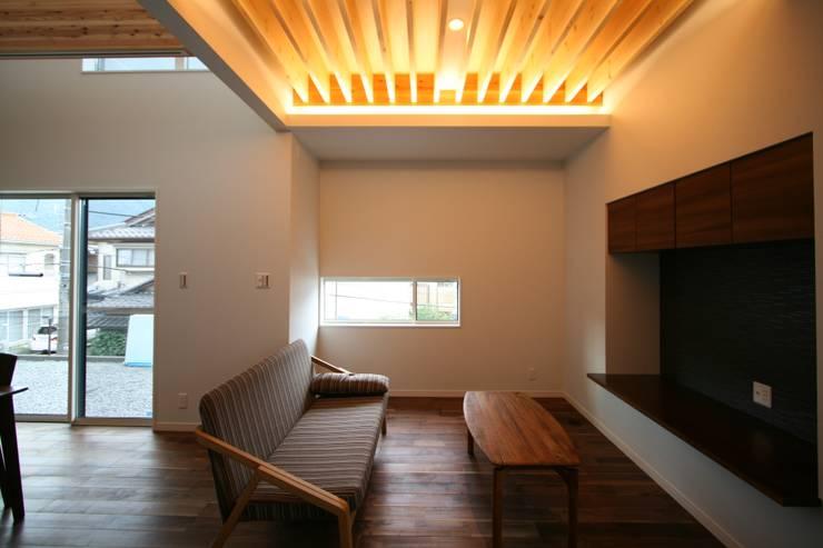 上温品の家: CAF垂井俊郎建築設計事務所が手掛けたリビングです。,モダン