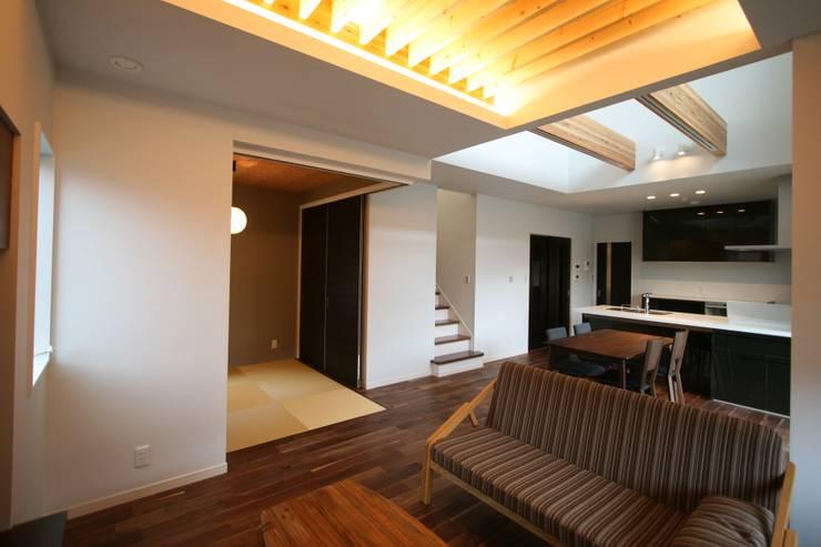 上温品の家: CAF垂井俊郎建築設計事務所が手掛けたリビングです。