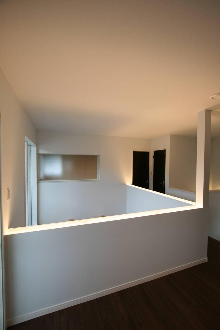 上温品の家: CAF垂井俊郎建築設計事務所が手掛けた玄関&廊下&階段です。
