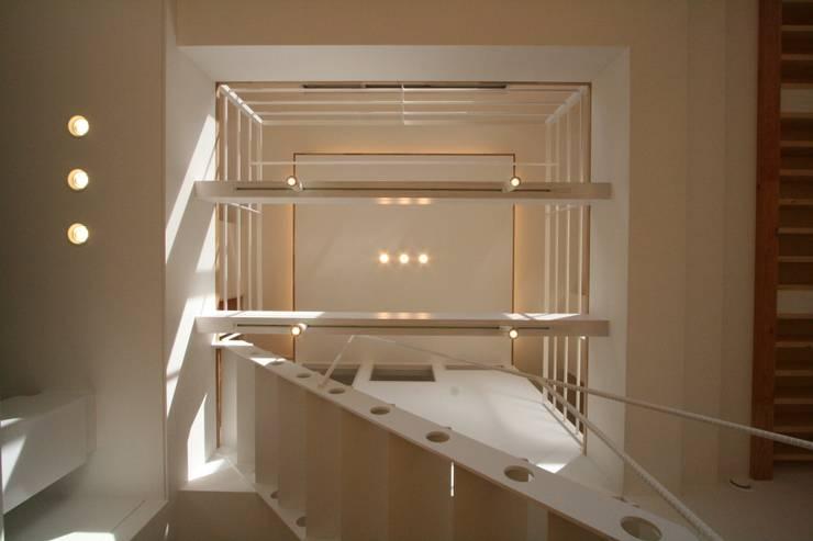 藤の木の家: CAF垂井俊郎建築設計事務所が手掛けたリビングルームです。