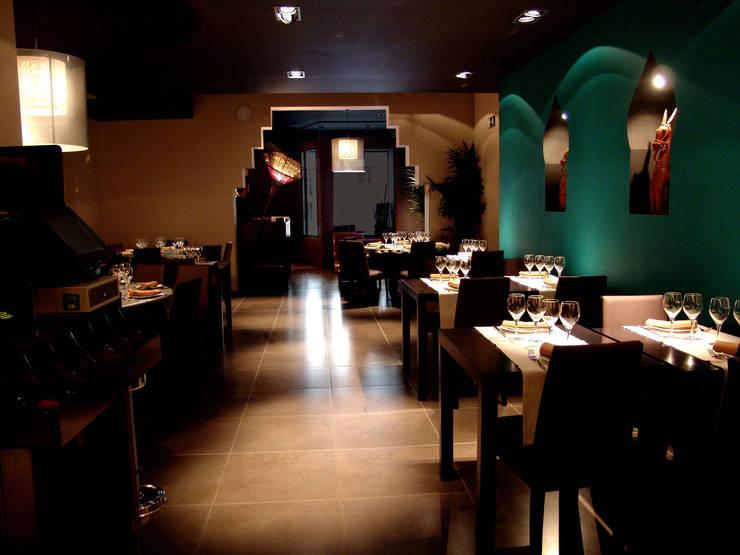 HINDÚ BEMBI: Locales gastronómicos de estilo  de Piedra Papel Tijera Interiorismo