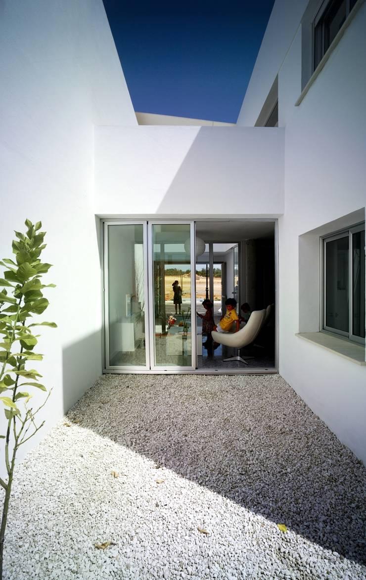 Patio del limonero y salón:  de estilo  de gabriel verd arquitectos