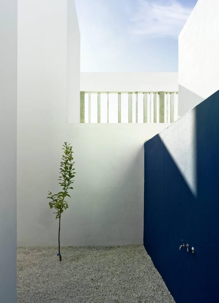 Interior patio:  de estilo  de gabriel verd arquitectos